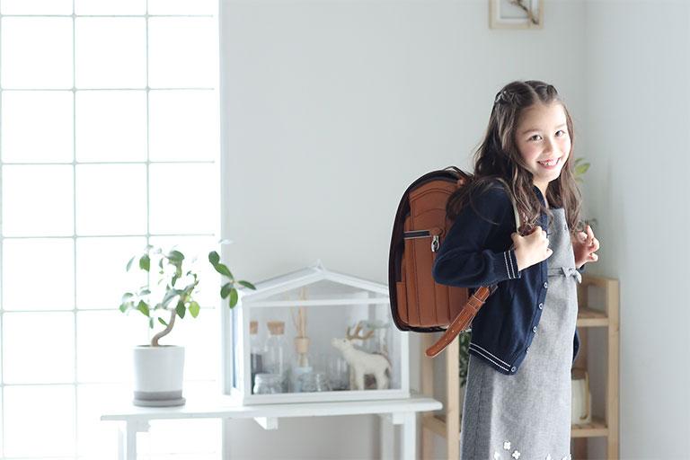 ランドセルを背負った女の子の写真