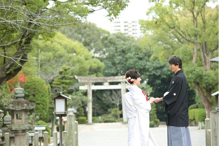 神社で撮影された夫婦の写真
