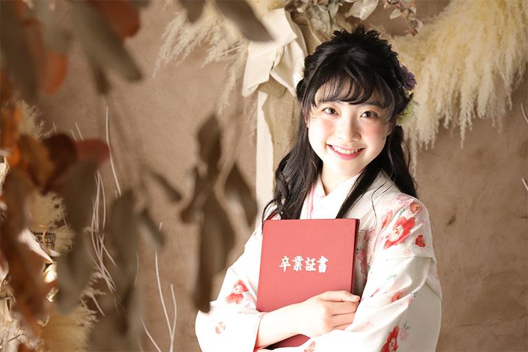 卒業証書を持った袴を着た女の子