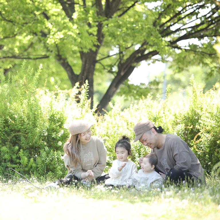 子どもが三人並ぶ写真
