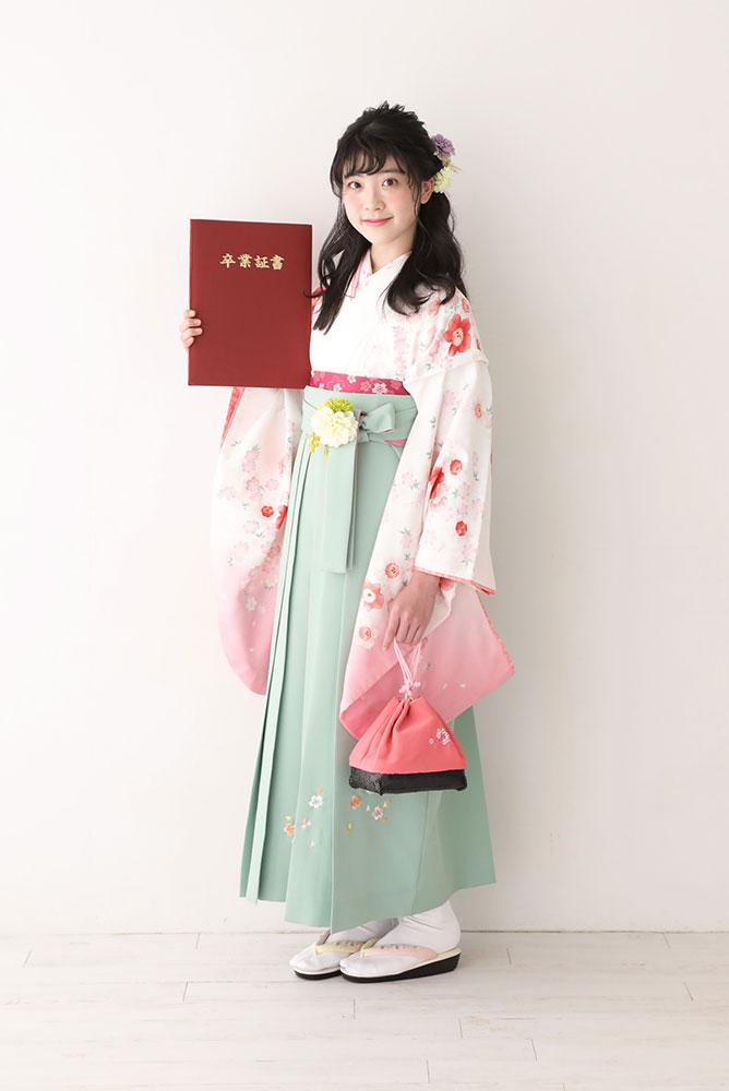 袴を着た女の子の全身写真その4