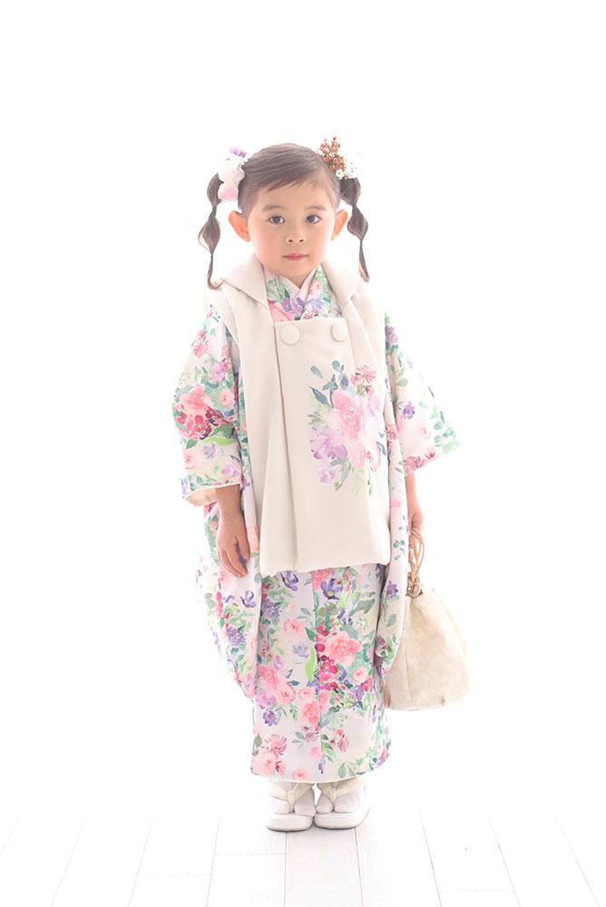 着物を着た3歳女の子の全身写真その2